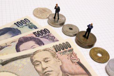 日本銀行円札と人形